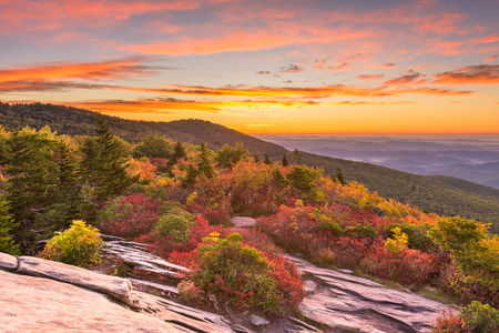 Grandfather Mountain, North Carolina, USA autumn dawn from Rough Ridge in the Blue Ridge Mountains. 版權商用圖片