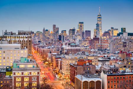 Nueva York, Nueva York, EE.UU. paisaje urbano al anochecer sobre Manhattan hacia el centro.