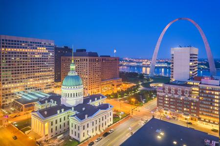 Stadtbild der Innenstadt von St. Louis, Missouri, USA mit dem Bogen und dem Gerichtsgebäude in der Abenddämmerung. Standard-Bild