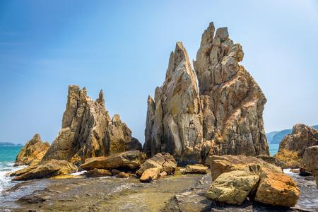 Kushimoto, prefectura de Wakayama, costa de Japón en las rocas de Hashi-gui-iwa.