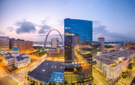 Paesaggio urbano del centro di St. Louis, Missouri, USA con l'arco e il tribunale al crepuscolo.