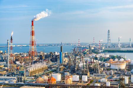 Fabbriche e impianti di produzione al tramonto a Yokkaichi, Giappone.