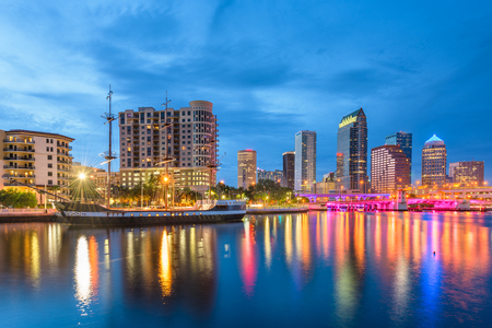 Tampa, Florida, EE.UU. horizonte del centro de la bahía en el crepúsculo.