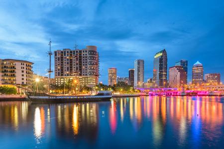 Tampa, Florida, USA Skyline der Innenstadt an der Bucht in der Dämmerung.