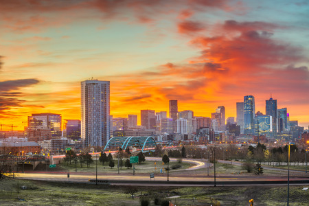 Denver, Colorado, USA downtown city skyline at dawn. Stockfoto - 120493404