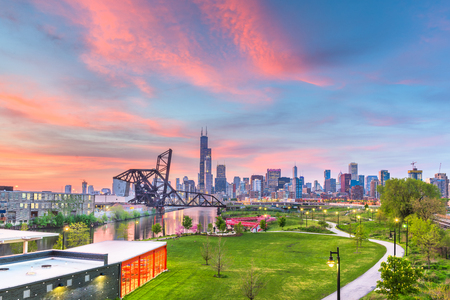 Chicago, Illinois, USA park and downtown skyline at twilight. Imagens