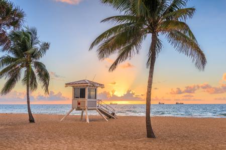 Fort Lauderdale, Florida, EE.UU. playa y torre de salvavidas al amanecer. Foto de archivo