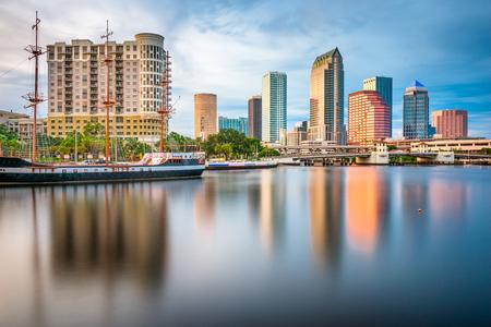Tampa, Florida, EE.UU. horizonte del centro de la bahía en el crepúsculo. Foto de archivo