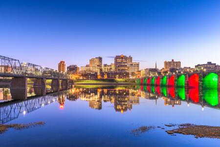 Harrisburg, Pennsylvania, USA skyline on the Susquehanna River at night. Imagens