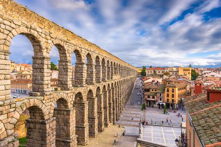 Segovia, Spain town skyline at the ancient Roman aqueduct. Imagens