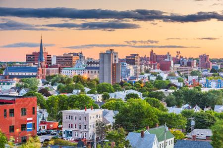 Portland, Maine, Usa sur les toits de la ville du centre-ville au crépuscule.