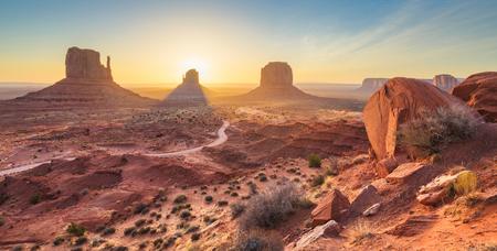 Monument Valley, Arizona, EE.UU. al amanecer.
