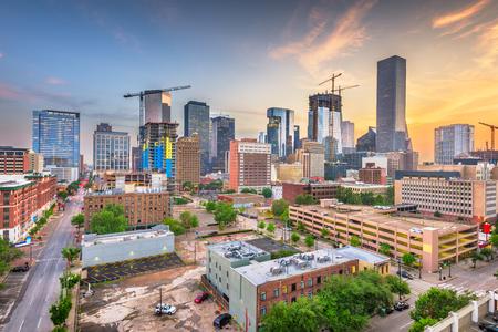 Houston, Texas, États-Unis sur les toits de la ville du centre-ville au crépuscule. Banque d'images