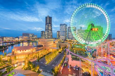 Skyline von Yokohama, Japan in der Abenddämmerung in Richtung Minato Mirai-Viertel in der Abenddämmerung.