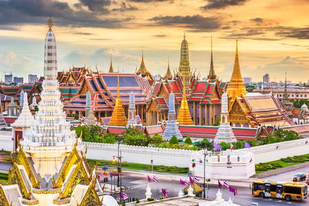 Bangkok, Thailand at the Temple of the Emerald Buddha and Grand Palace at dusk. Zdjęcie Seryjne