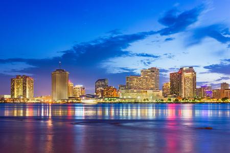 De skyline van de binnenstad van New Orleans, Louisiana, Usa aan de Mississippi-rivier in de schemering. Stockfoto