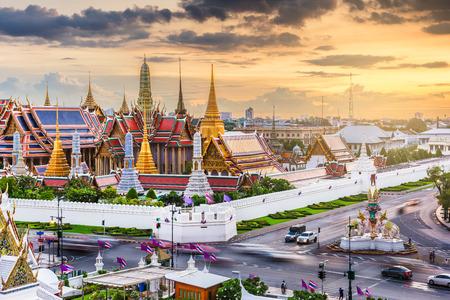 Bangkok, Thailand at the Temple of the Emerald Buddha and Grand Palace at dusk. 版權商用圖片