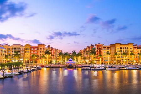 Naples, Florida, EE.UU. ciudad al anochecer.