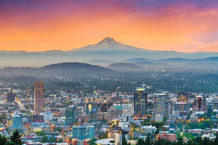 Portland, Oregon, USA downtown skyline with Mt. Hood at dawn. 免版税图像