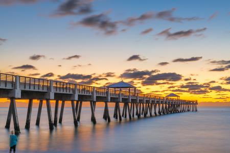 Juno, Florida, USA at the Juno Beach Pier just before sunrise. 免版税图像