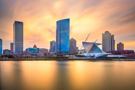 Milwaukee, Wisconsin, EE.UU. el centro de la ciudad en el lago Michigan en el crepúsculo.