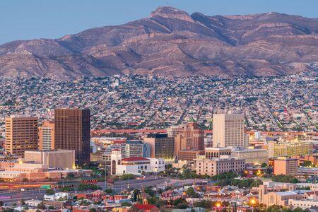 El Paso, Texas, EE.UU. el centro de la ciudad al anochecer con Juárez, México en la distancia. Foto de archivo