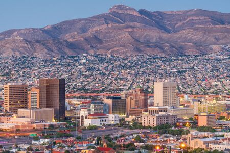 El Paso, Texas, USA Skyline der Innenstadt in der Abenddämmerung mit Juarez, Mexiko in der Ferne. Standard-Bild