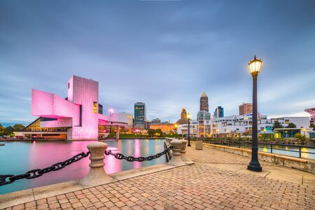 Cleveland, Ohio, USA downtown city skyline and harbor at twilight. 版權商用圖片