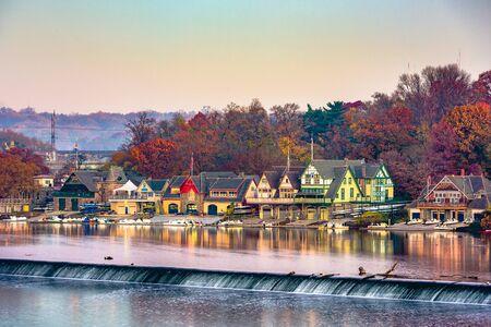 Philadelphia, Pennsylvania, USA dawn on the Schuylkill River at Boathouse Row. 免版税图像