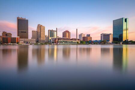 Toledo, Ohio, USA Skyline der Innenstadt am Maumee River in der Abenddämmerung.