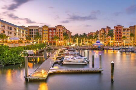 Naples, Florida, EE.UU. el horizonte de la ciudad sobre el agua al anochecer.