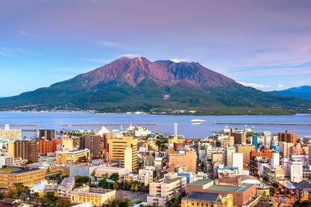 Panoramę Kagoshima, Japonia z wulkanem Sakurajima o zmierzchu.