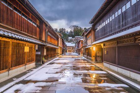 Kanazawa, Japan Straßenszene im Stadtteil Higashichaya im Winter. Standard-Bild