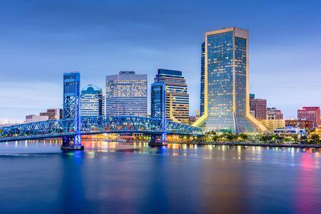 Orizzonte del centro cittadino di Jacksonville, Florida, Stati Uniti d'America al crepuscolo.