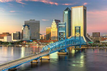 De skyline van de binnenstad van Jacksonville, Florida, Usa in de schemering. Stockfoto