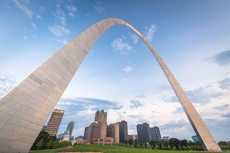 St. Louis, Missouri, Stati Uniti d'America skyline della città e parco al mattino. Editoriali
