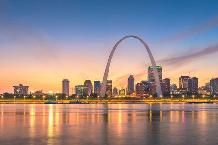 St. Louis, Missouri, EE.UU. paisaje urbano del centro sobre el río al anochecer.