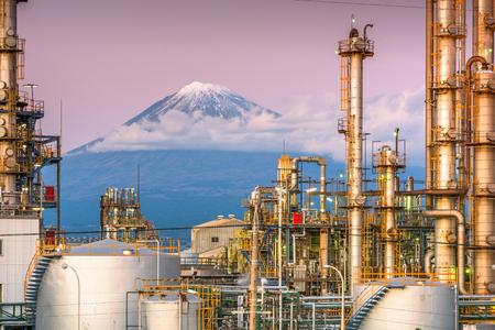 Mt. Fuji, Japonia oglądane zza fabryk w nocy. Publikacyjne