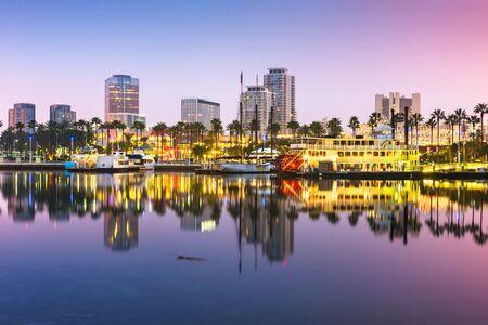 Skyline von Long Beach, Kalifornien, USA bei Nacht.