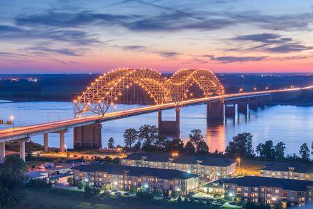 Memphis, Tennessee, USA przy moście Hernando de Soto o zmierzchu. Zdjęcie Seryjne