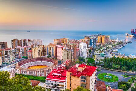 Malaga, Spagna skyline di alba verso il Mar Mediterraneo.