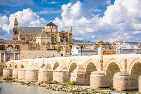 Cordoue, Espagne au pont romain et mosquée-cathédrale sur le fleuve Guadalquivir.