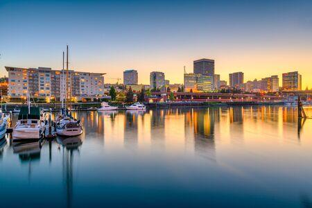 Tacoma, Washington, Stati Uniti d'America skyline del centro al tramonto su Commencement Bay.