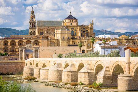 Cordoba, Spanien an der römischen Brücke und Moschee-Kathedrale am Fluss Guadalquivir.