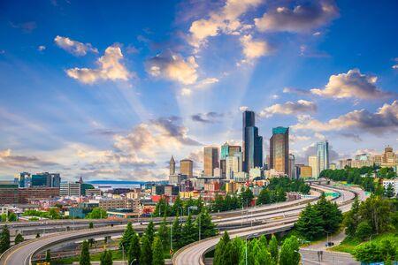 Seattle, Washington, USA Skyline der Innenstadt über Autobahnen in der Abenddämmerung. Standard-Bild