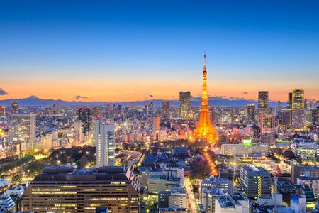 Tokio, Japonia pejzaż śródmieścia w Minato Ward o zmierzchu z wieżą i Mt. Fuji w oddali na horyzoncie.