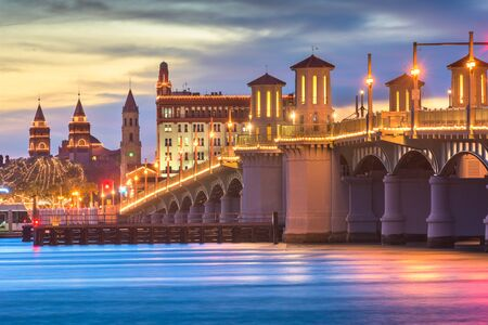San Agustín, Florida, EE.UU. el horizonte de la ciudad y el Puente de los Leones al anochecer.