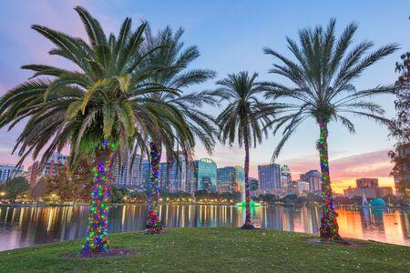 Orlando, Florida, USA downtown skyline at Eola Lake at dusk. 免版税图像