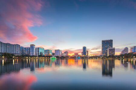 Orlando, Florida, USA Skyline der Innenstadt von Eola Park in der Abenddämmerung.