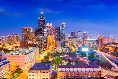 Atlanta, Georgia, USA im Stadtzentrum gelegenes Stadtbild von oben in der Dämmerung. Standard-Bild